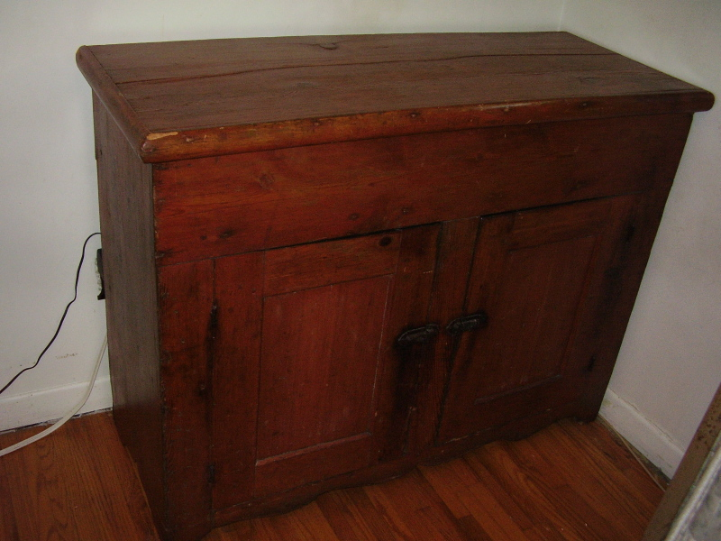 Quebec drysink with lid in pine. Circa 1820. Mortice and tenon with pegged  construction. Price $1500.00 - Canadiana Antique Furniture ::